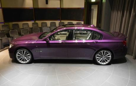 Parıltılı bənövşəyi rəngli yeni BMW 760Li modeli